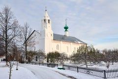 对构想-调解骗局餐厅教会的冬天步行  图库摄影