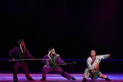 """对枪夜与战斗孩子的北京Opera""""Yue teenager†的刀子 库存图片"""