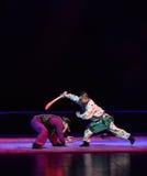 """对枪夜与战斗孩子的北京Opera""""Yue teenager†的刀子 免版税库存图片"""