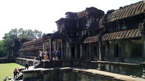 对柬埔寨寺庙的游人攀登 图库摄影