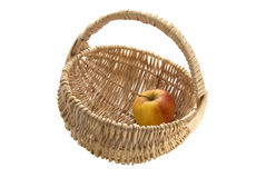 对柳条的苹果篮子 库存图片