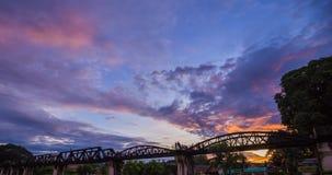 对桥梁河Kwai夜间流逝的天在北碧,泰国 影视素材