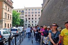 对梵蒂冈博物馆的长行2014年5月30日 免版税库存照片