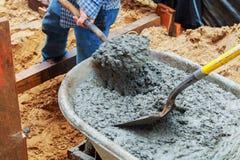 对模板建造场所的工作者倾吐的混凝土 免版税库存图片