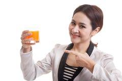 对橙汁的年轻亚洲妇女点 图库摄影