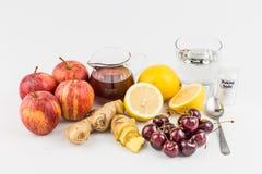 对款待痛风炎症的共同的家庭补救-樱桃,柠檬汁,苹果汁醋,姜根源,发面苏打 免版税图库摄影