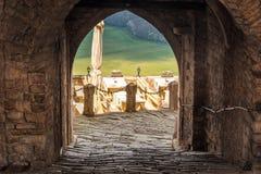 对正方形的入口在历史名城莫托文 免版税库存照片