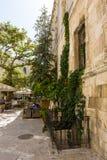 对正方形的桌咖啡馆在提多前面教会  免版税库存照片