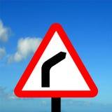 对正确的标志的警告三角弯 免版税库存图片