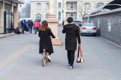 对正阳门东铁驻地的人步行 图库摄影