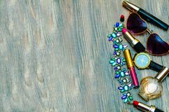 对此的很多女孩材料,在化妆刷子的一点混乱, inte 免版税图库摄影
