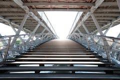 对步行桥通过河塞纳河的Passerelle Léopold Sédar桑戈尔的Enrance 库存照片
