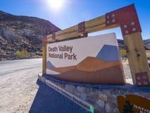 对死亡谷国家公园加利福尼亚-死亡谷-加利福尼亚- 2017年10月23日的可喜的迹象 免版税库存照片