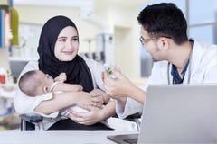 对母亲的儿科医生解释的药物 库存照片