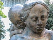对母亲的雕象 库存照片