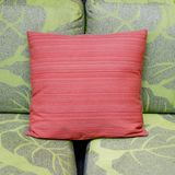 对比一个现代客厅的颜色有绿色沙发和红色的 免版税库存照片