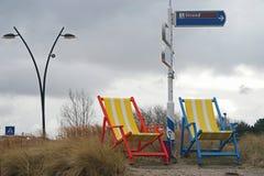 对比在大beachchairs和以后的恶劣天气之间 免版税库存图片