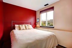 对比有热带卧具的墙壁卧室 免版税库存图片
