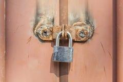 对比有老生锈的金属入口的d新的金属挂锁 免版税库存图片