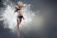 对比跳舞作用遮蔽妇女年轻人 免版税库存图片