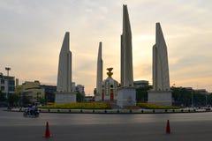 对民主关闭的纪念碑在晚上微明下 曼谷 免版税图库摄影