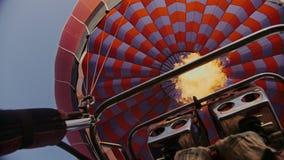 对气球的热空气燃烧 在飞行期间 股票录像