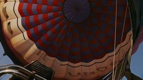对气球的热空气燃烧 在飞行期间 影视素材