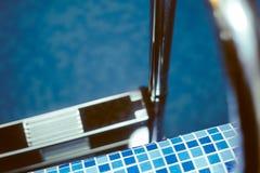 对水池的台阶 免版税库存图片
