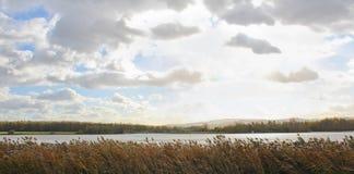 对池塘和小山Klet的Panoramatic视图 捷克横向 免版税库存照片