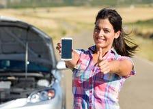 对汽车服务的成功的电话在roadtrip 库存图片