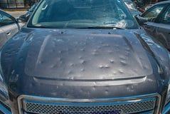 对汽车的冰雹损伤 图库摄影