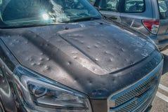 对汽车的冰雹损伤 免版税库存图片