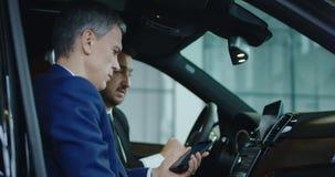 对汽车的客户和经销商连接的智能手机 股票视频