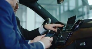 对汽车的客户和经销商连接的智能手机 影视素材