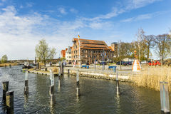 对沃尔加斯特老村庄河沿的看法  免版税库存照片