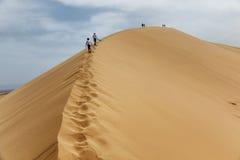 对沙丘的两个少年上升 免版税库存照片