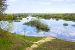 对河和草甸的看法 库存照片