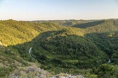 对河弯的鸟瞰图在山 免版税库存图片