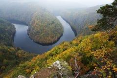 对河曲线的秋天视图  免版税库存图片