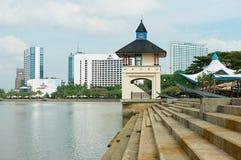 对河沿和现代旅馆大厦的看法在古晋,马来西亚 库存照片