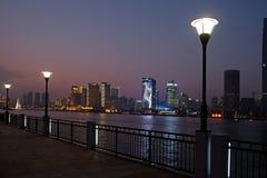 对河沿商业中心的夜视图在上海 库存照片