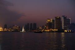 对河沿商业中心的夜视图在上海 免版税图库摄影