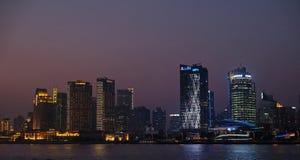 对河沿商业中心的夜视图在上海 库存图片