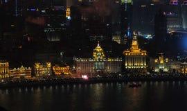 对河沿商业中心的夜视图在上海 免版税库存图片