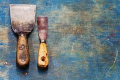 对油灰刀宏指令视图 葡萄酒大厦装饰员用工具加工概念 刀子纹理,使用的破旧的木桌 免版税库存图片