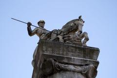对波兹南骑兵,战士用矛在马背上武装的展示的纪念雕象 免版税库存图片
