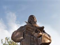 对波斯哲学家和诗人奥马尔天空背景的海亚姆Nishapuri的纪念碑 库存照片
