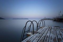 对海和游泳平台的步 库存照片