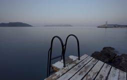 对海和游泳平台的步 免版税图库摄影