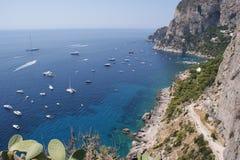 对海和游艇的看法从卡普里岛海岛  免版税库存图片